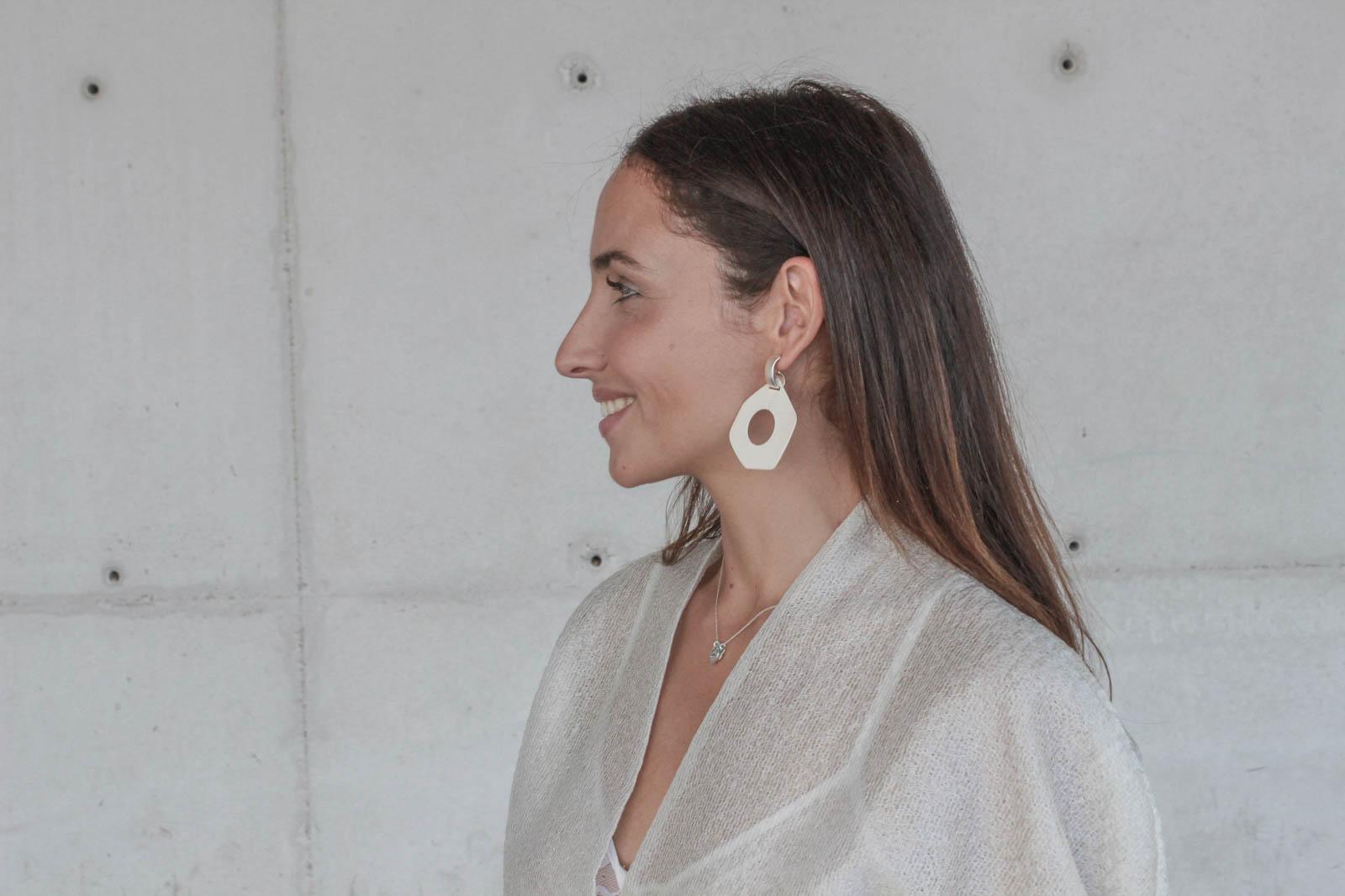el-blog-de-silvia-rodriguez-Streetstyle-Blogger-MBFWMadrid-devota-y-lomba-pantalon-rayas-rojas-blog-de-moda-Influencer