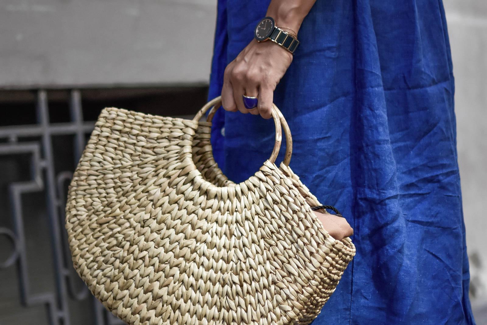 el-blog-de-silvia-rodriguez-Streetstyle-vestido-camisero-azul-lino-zara-sandalias-lazo-blog-de-moda-Influencer