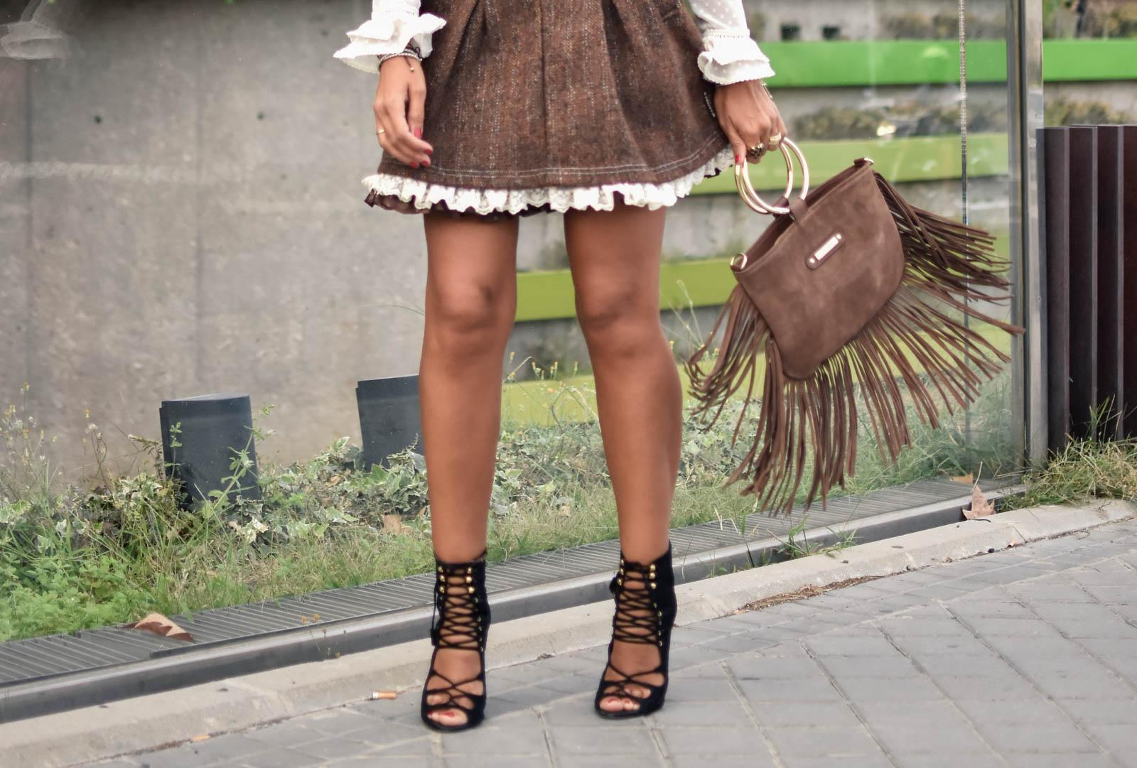 el-blog-de-silvia-rodriguez-street-style-madrid-desfile-highly-preppy-blusa-plumeti-minifalda-botines-carolina-herrera-blogger-influencer