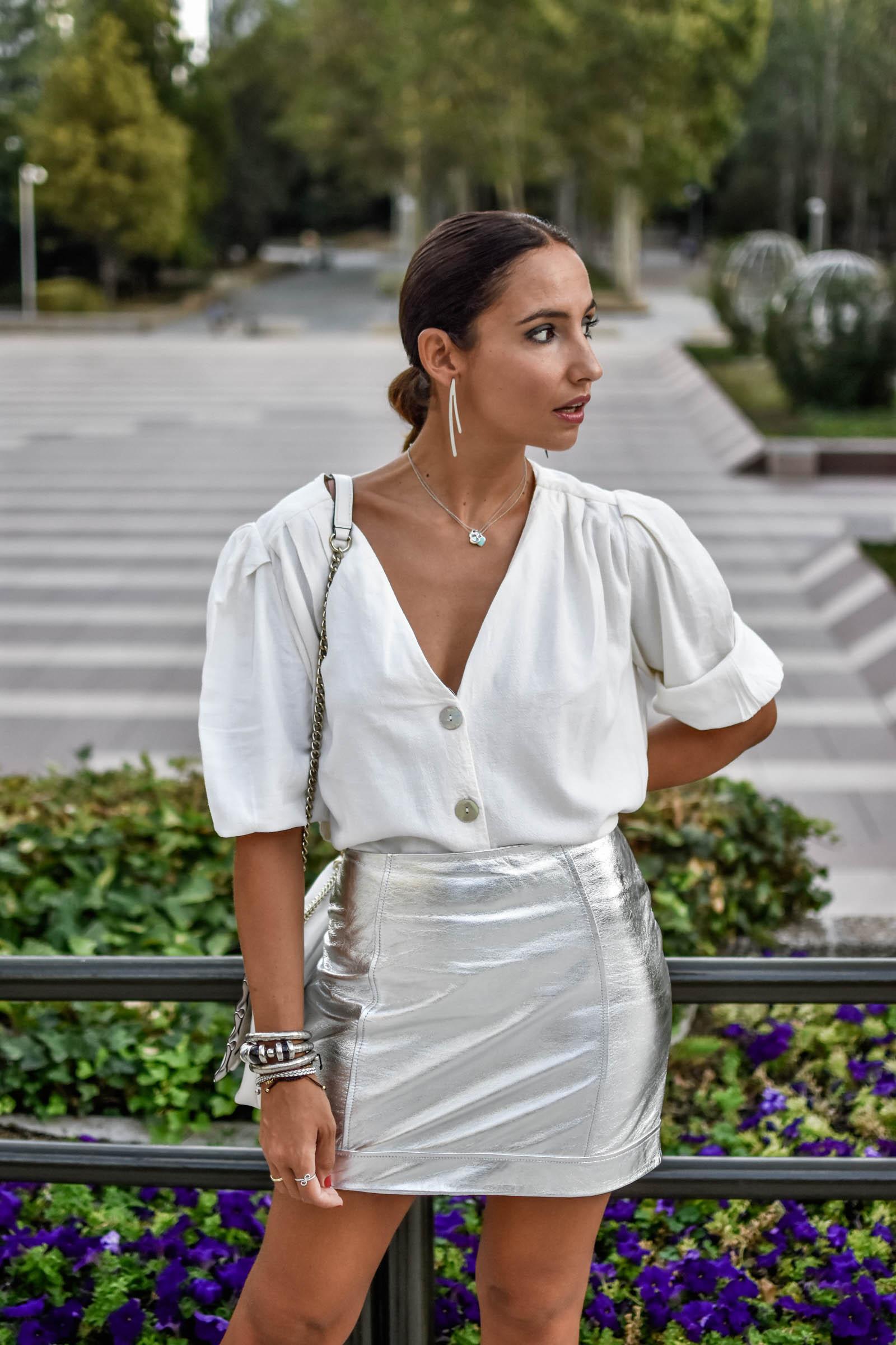 https://www.elblogdesilvia.com/wp-content/uploads/2018/10/el-blog-de-silvia-rodriguez-street-style-madrid-revolve-silver-skirt-h.jpg