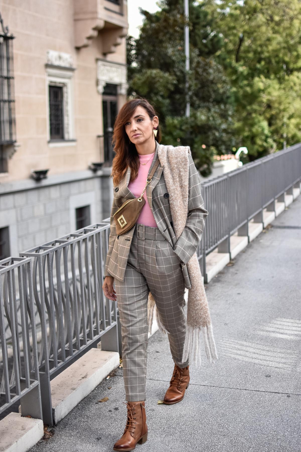 el-blog-de-silvia-tartan-suit-traje-de-cuadros-botas-pikolino-look-invierno-madrid-riñonera