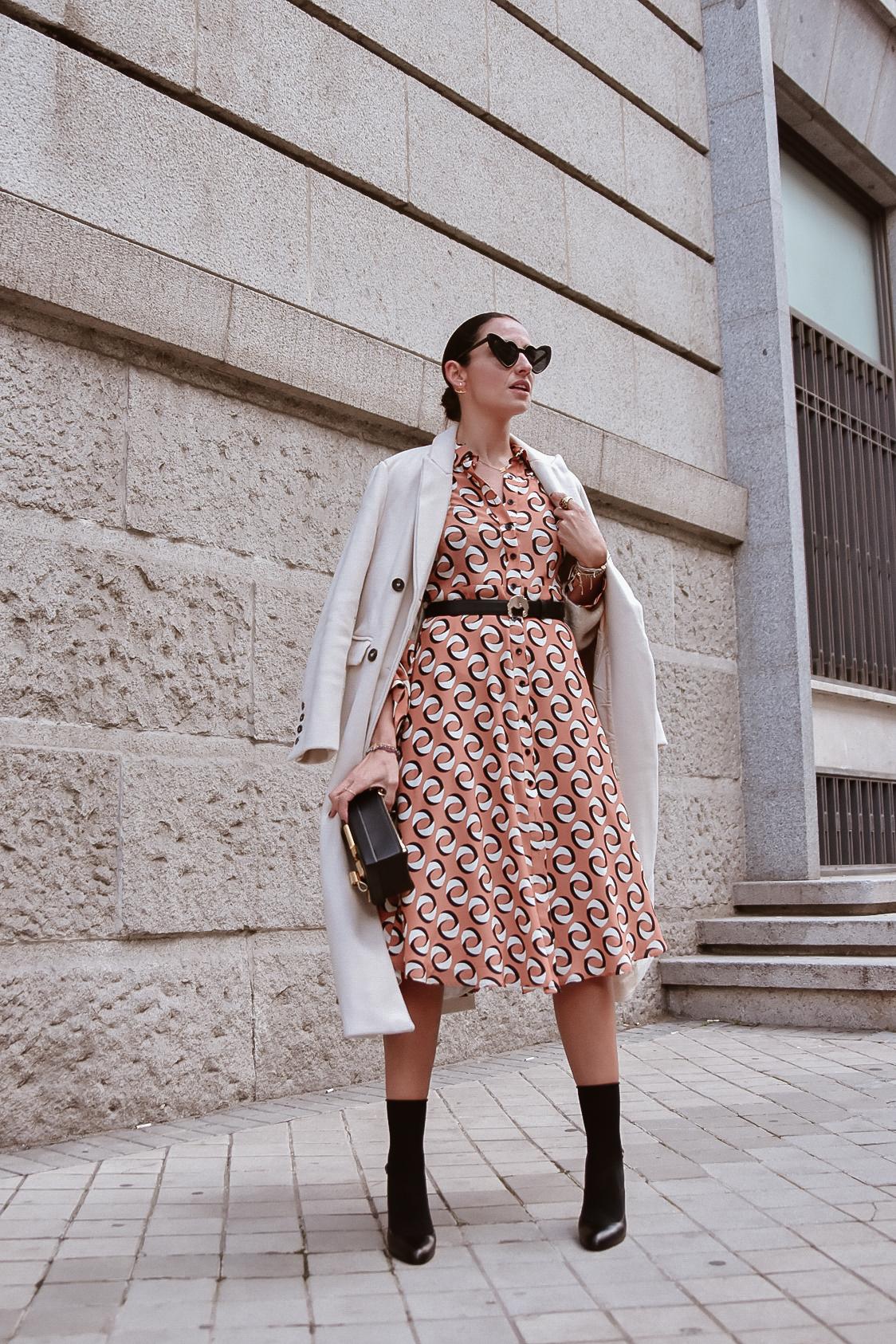 el-blog-de-silvia-look-femenino-vestido-midi-estampado-geometrico-01