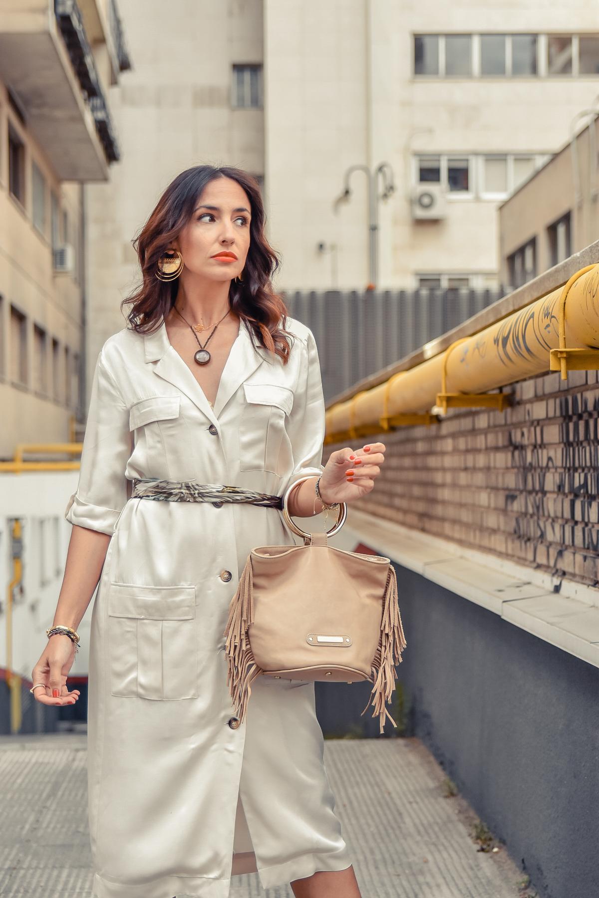 el-blog-de-silvia-look-safari-vestido-beige-botines-animal-print-03
