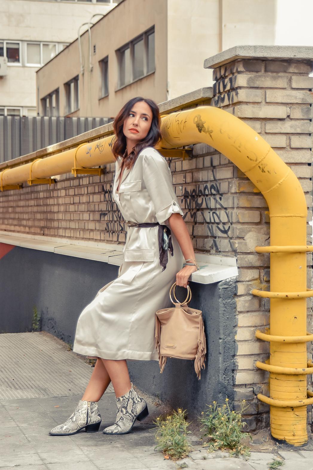 el-blog-de-silvia-look-safari-vestido-beige-botines-animal-print-05