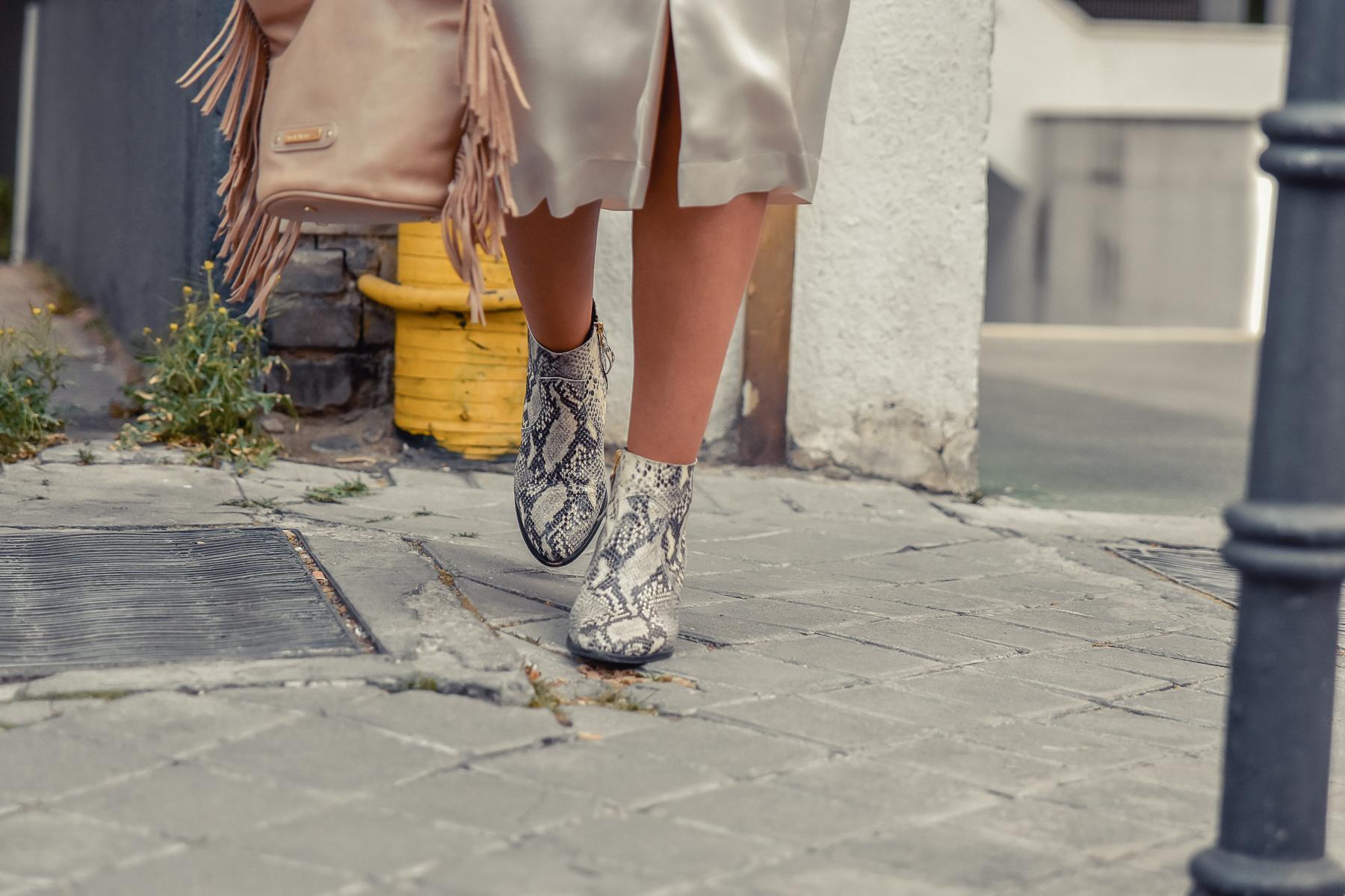 el-blog-de-silvia-look-safari-vestido-beige-botines-animal-print-09