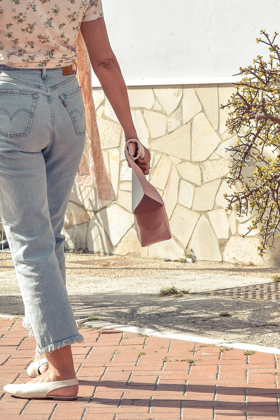 el-blog-de-silvia-look-verano-jeans-levis-camiseta-flores-03