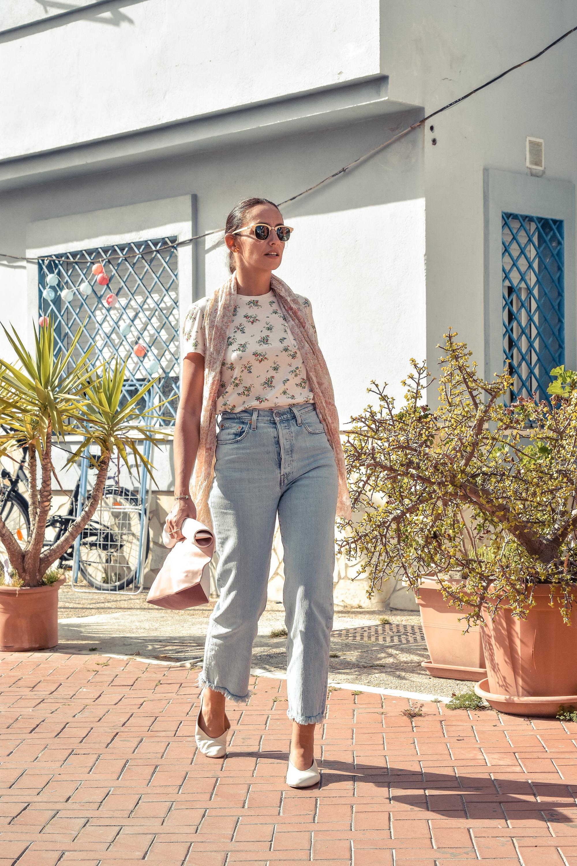 el-blog-de-silvia-look-verano-jeans-levis-camiseta-flores-08