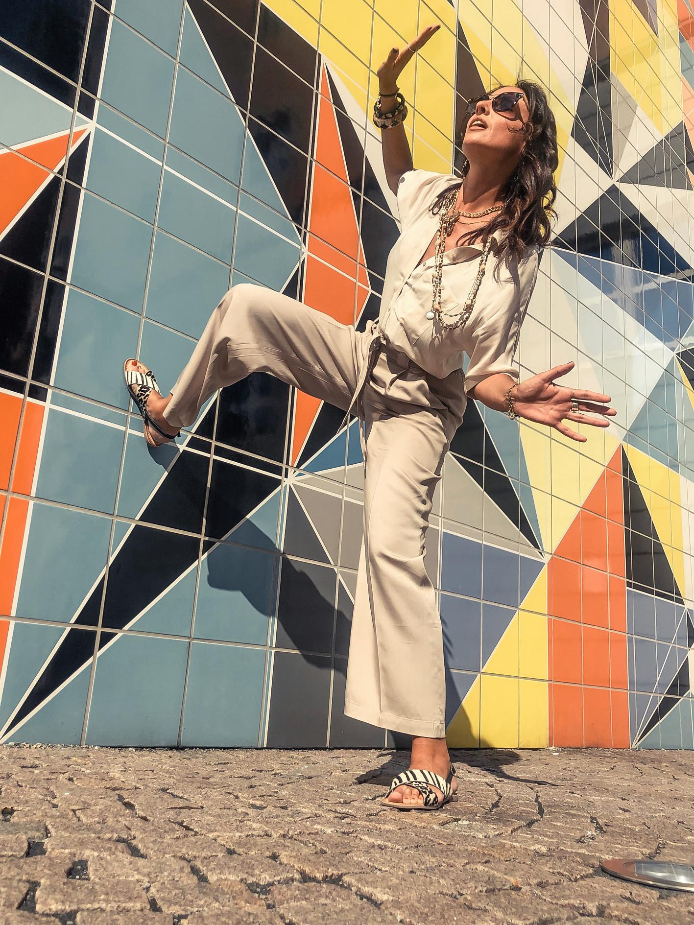 el-blog-de-silvia-visitar-dusseldorf-pared-mosaico-colores-look-pantalon-blusa-beige-01