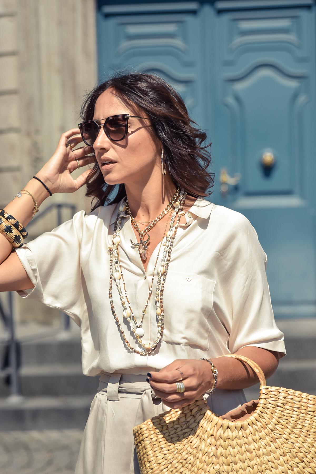 el-blog-de-silvia-visitar-dusseldorf-pared-mosaico-colores-look-pantalon-blusa-beige-02