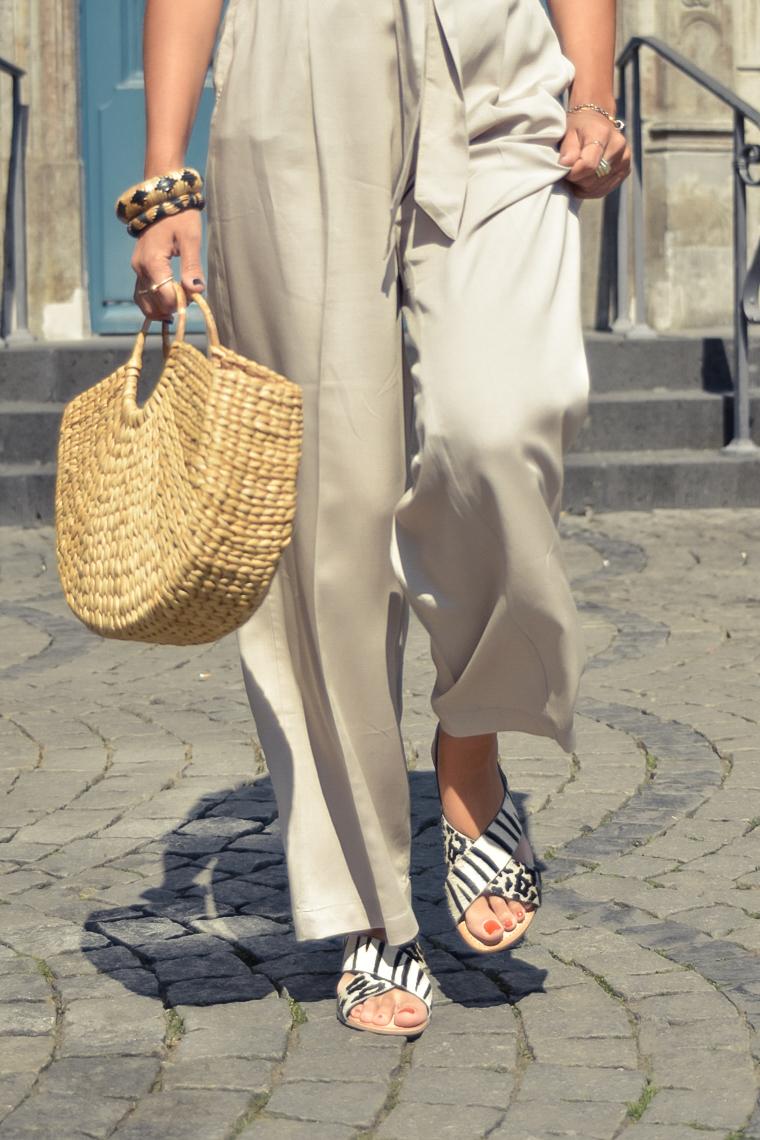 el-blog-de-silvia-visitar-dusseldorf-pared-mosaico-colores-look-pantalon-blusa-beige-03