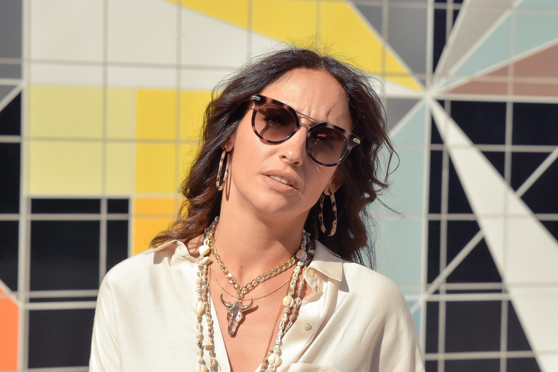 el-blog-de-silvia-visitar-dusseldorf-pared-mosaico-colores-look-pantalon-blusa-beige-04