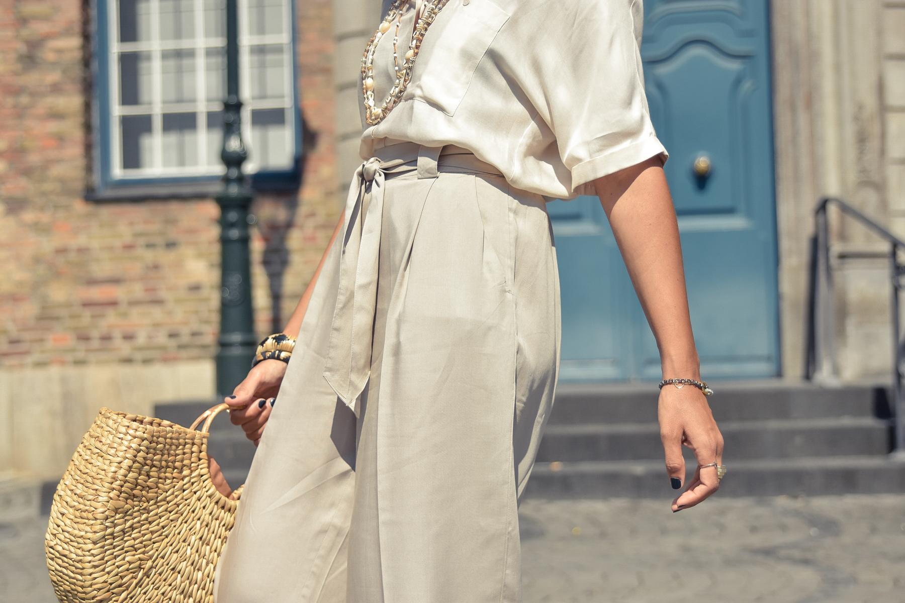el-blog-de-silvia-visitar-dusseldorf-pared-mosaico-colores-look-pantalon-blusa-beige-06
