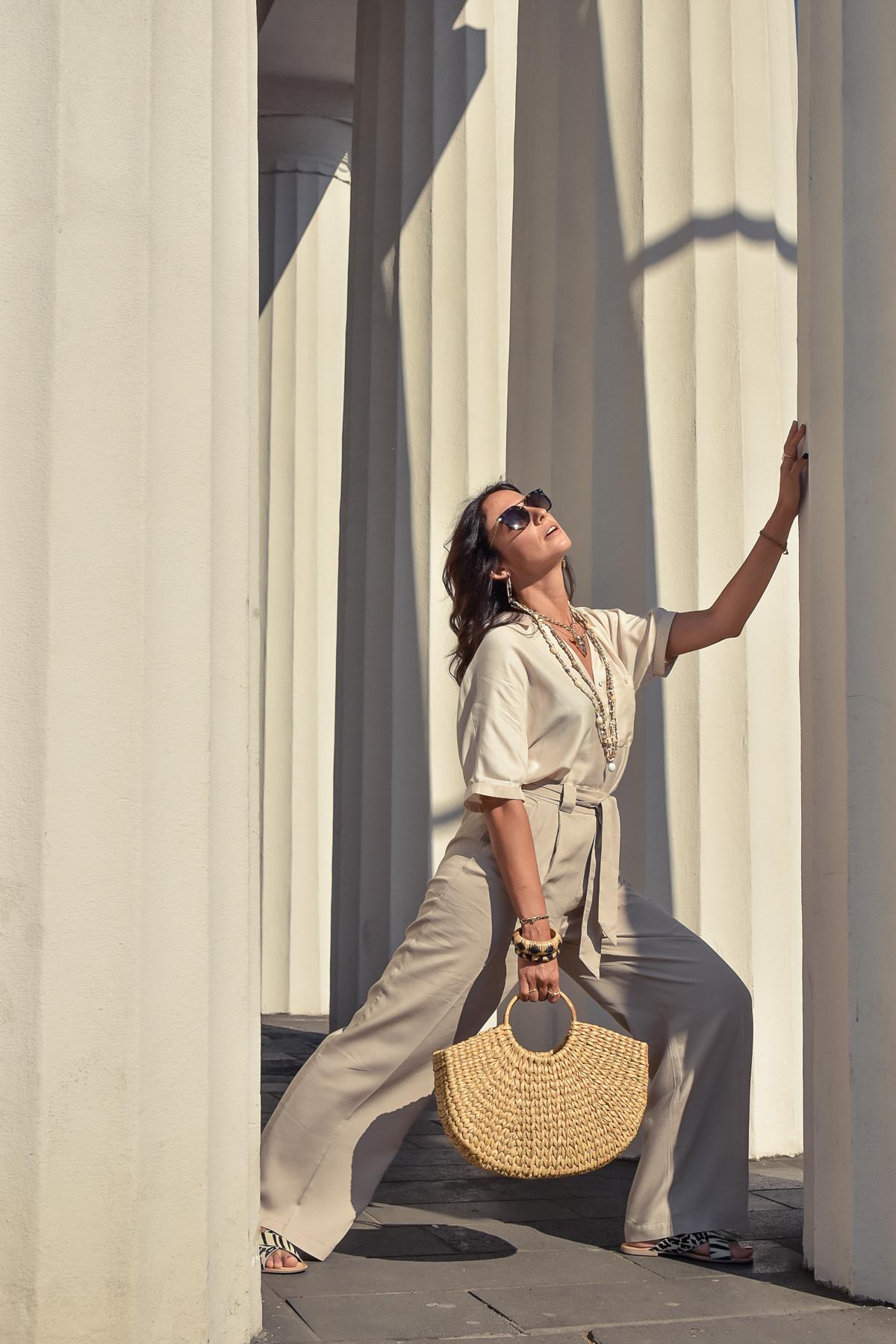 el-blog-de-silvia-visitar-dusseldorf-pared-mosaico-colores-look-pantalon-blusa-beige-08