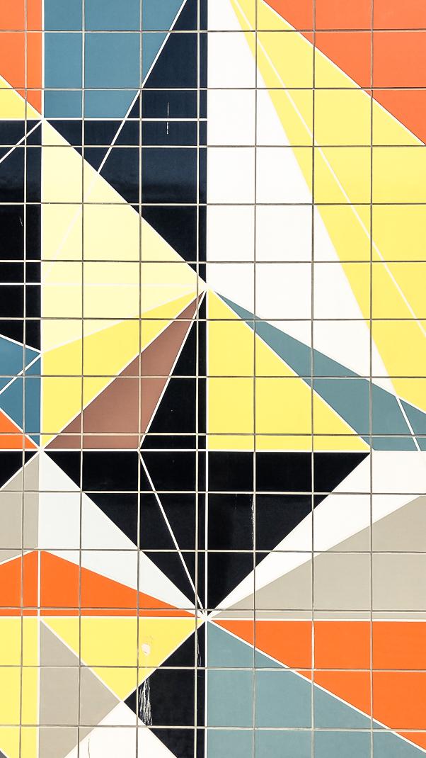 el-blog-de-silvia-visitar-dusseldorf-pared-mosaico-colores-look-pantalon-blusa-beige-09