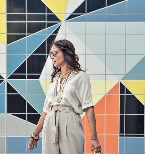 el-blog-de-silvia-visitar-dusseldorf-pared-mosaico-colores-look-pantalon-blusa-beige
