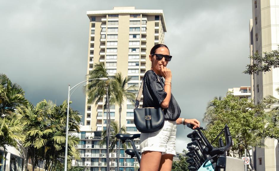 15-el-blog-de-silvia-curiosidades-hawaii-blusa-lunares-short-blanco