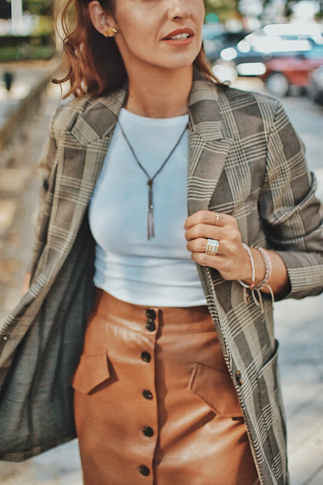 el-blog-de-silvia-look-hm-blazer-cuadros-falda-piel