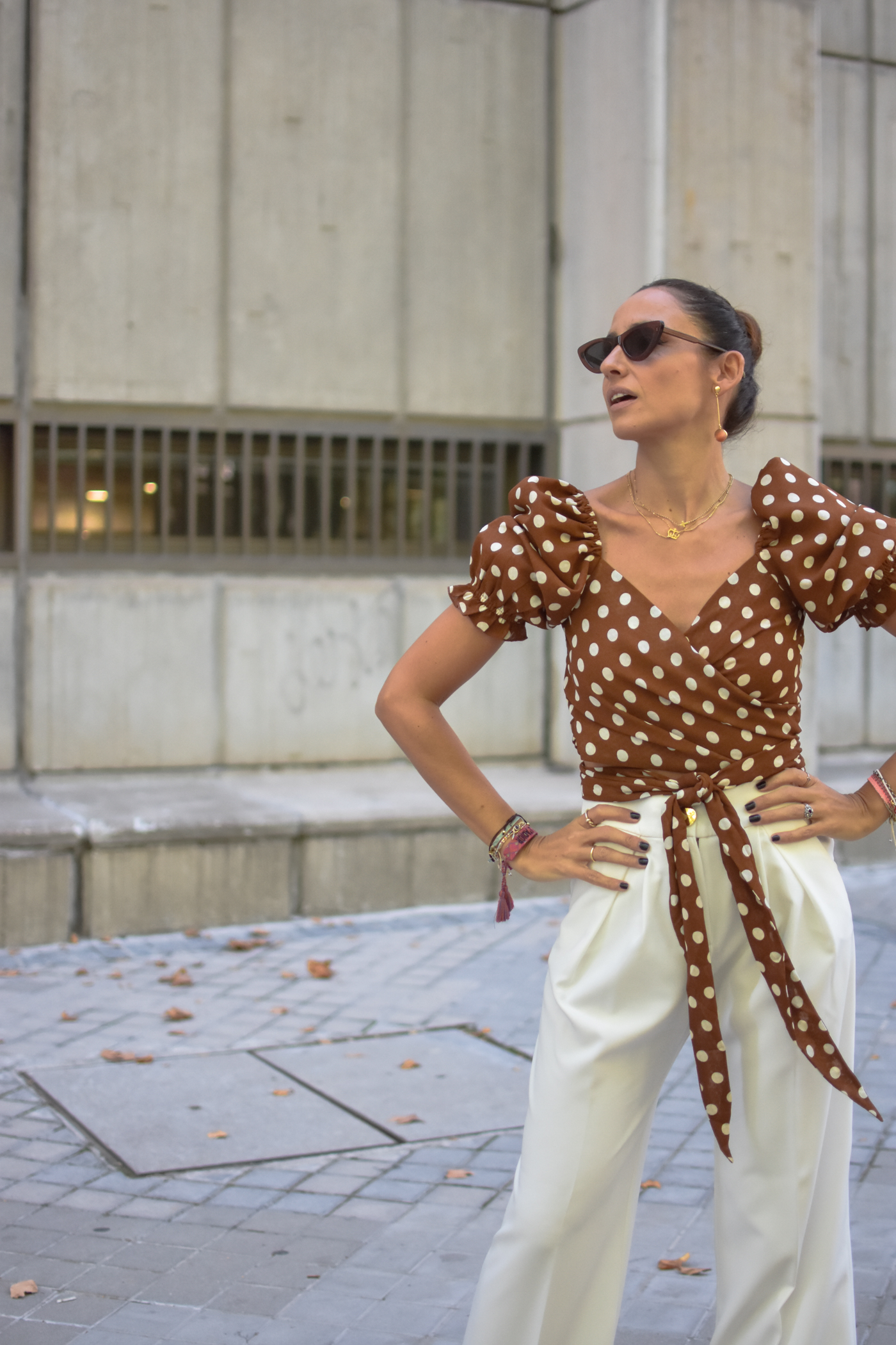 el-blog-de-silvia-top-lunares-marron-pantalon-blanco